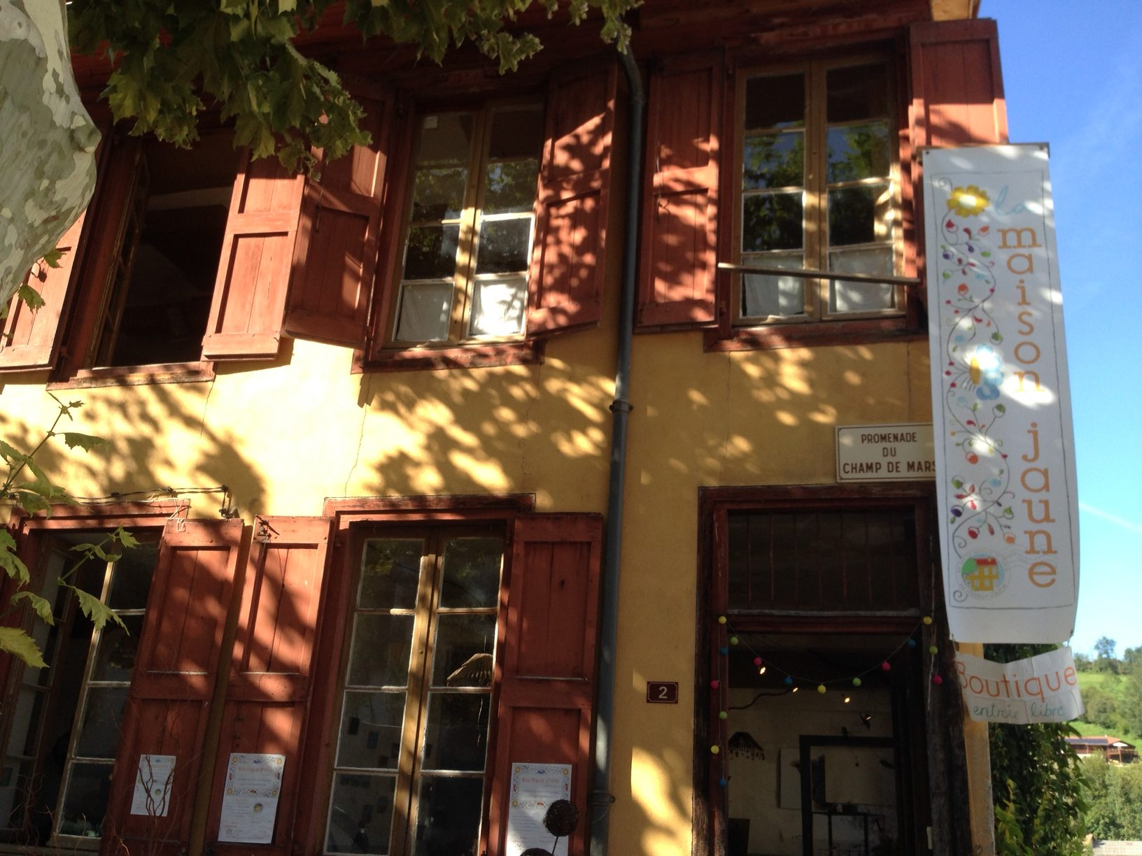 Atelier-Boutique dans la maison jaune
